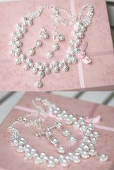 retro court style female pearl accessories